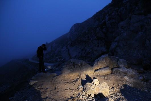 Zweireihig Felsen, Nebel, Nacht und eine KTM 990 Adventure mit Straßenrädern. Alessandro kratzt sich am Kopf. Ging aber.